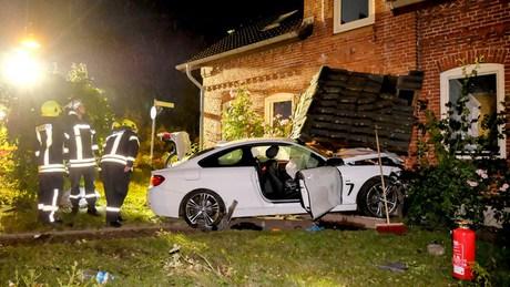 Der BMW des Einbrechertrios zerstörte den Vorbau des Hauses und beschädigte tragende Wände.